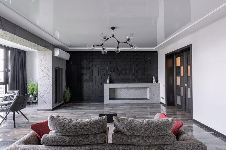 белый двухуровневый потолок в гостиной, использованы матовая и глянцевая фактуры на разных уровнях