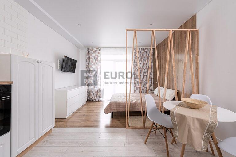 двухуровневый сатиновый потолок в квартире студии