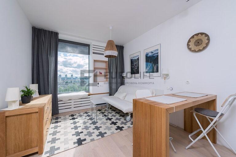 белый матовый потолок в комнате с настенным карнизом