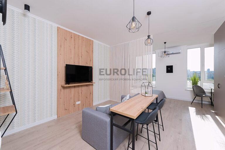 белый тканевый потолок в гостиной в частном доме