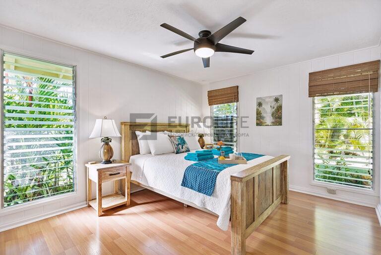 матовый потолок в спальне частного дома
