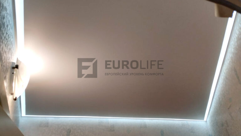 подсветка потолка по периметру за полотном в контурном профиле