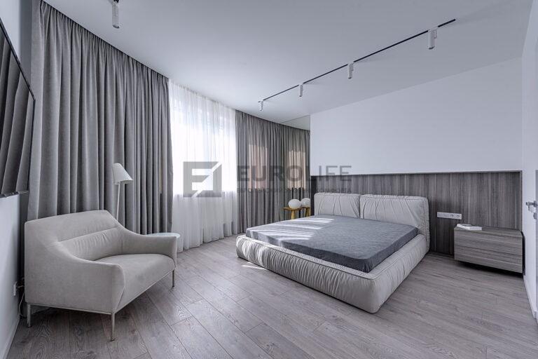 белый матовый бесщелевой потолок со скрытым карнизом и треком в спальне