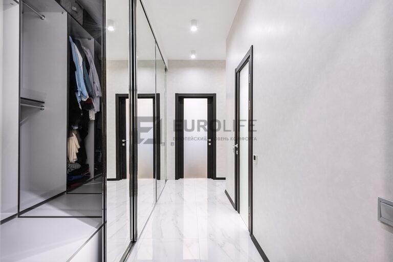 белый матовый бесщелевой потолок в коридоре