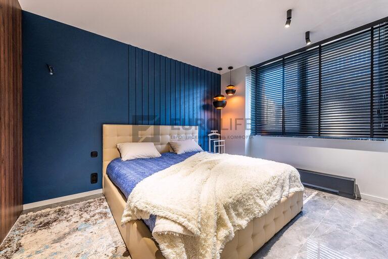 белый потолок kraab в современной спальне