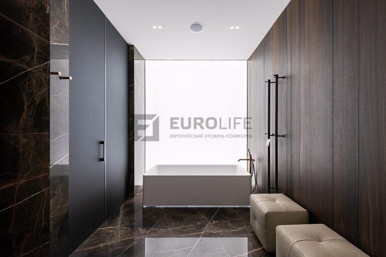 белый матовый бесщелевой потолок в ванной
