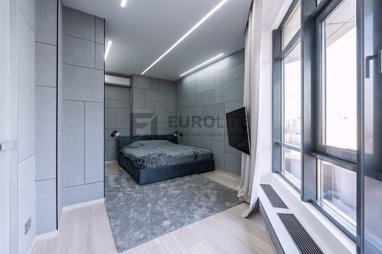 белый сатиновый бесщелевой потолок со скрытым карнизом и световыми линиями в спальне