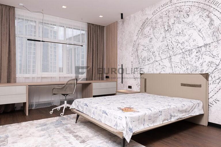 бесщелевой потолок со скрытым карнизом и подвесами в спальне