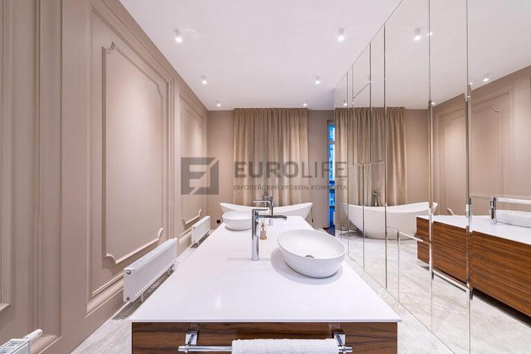 бесщелевой потолок в эффектной ванной со шторами на ду управлении