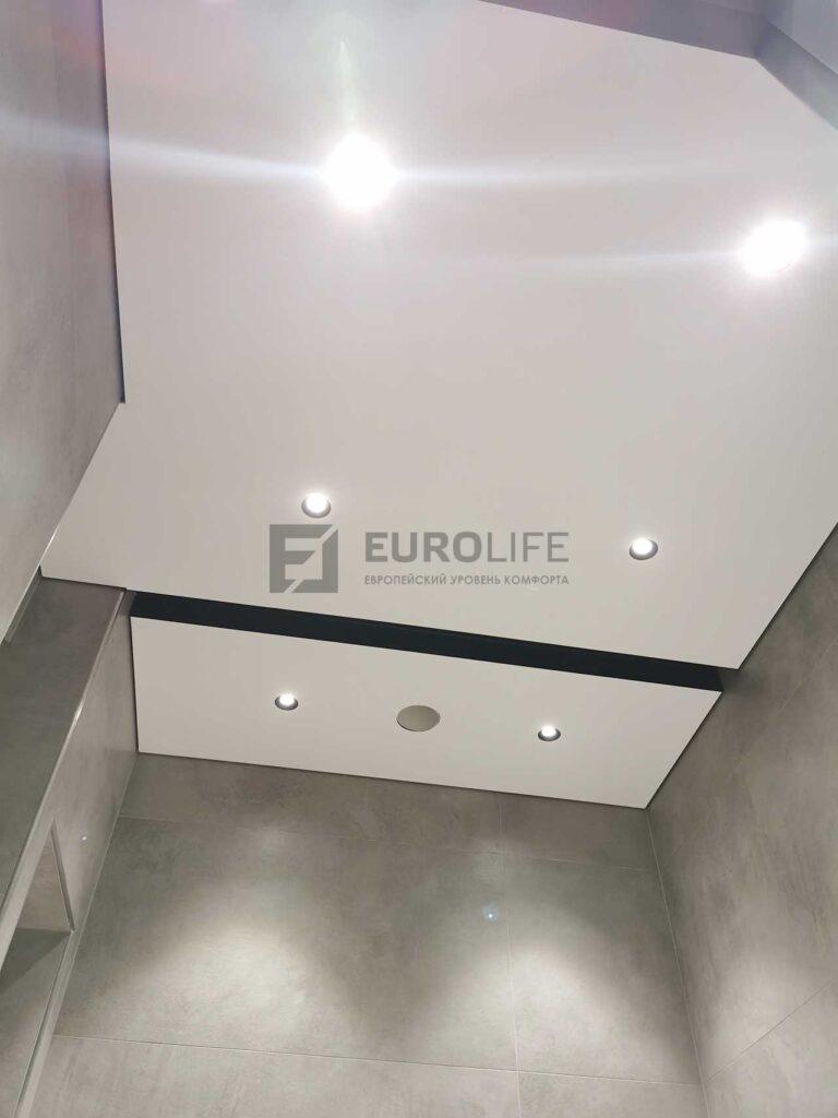 белый матовый теневой потолок с демпферной нишей для штор в санузле