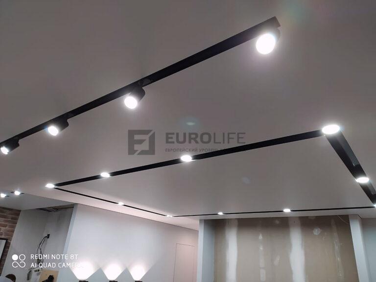 потолок коридора и гостиной единым полотном с нишевым освещением