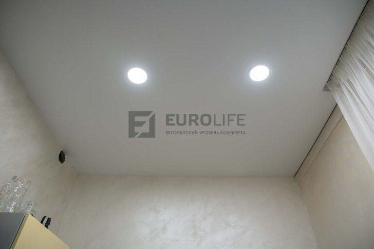 белый матовый теневой потолок со скрытым карнизом в комнате