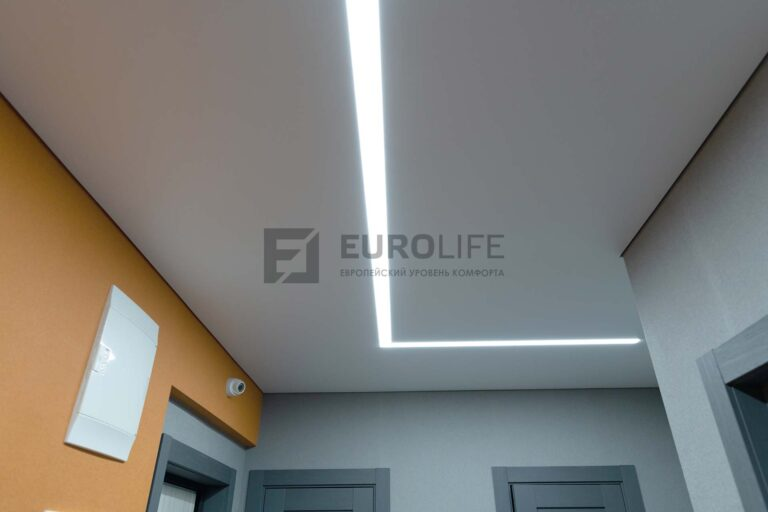 белый матовый теневой потолок со световой линией в коридоре