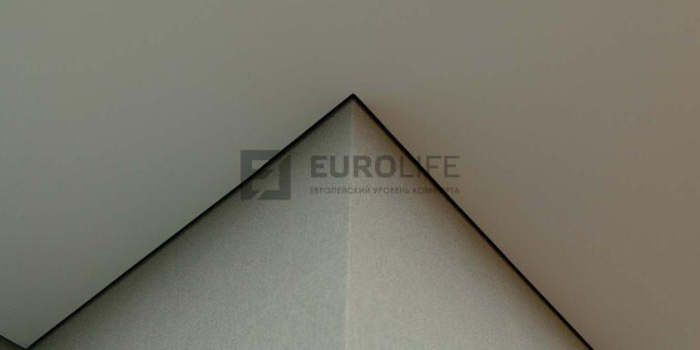 белый матовый теневой потолок в коридоре