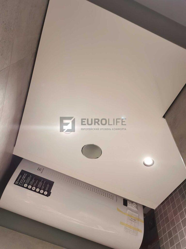 белый матовый теневой потолок в санузле