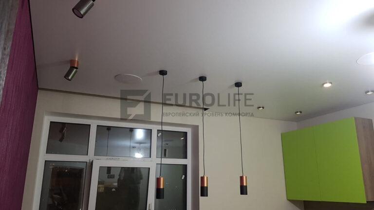 белый сатиновый теневой потолок на кухне с нишей SLOTT