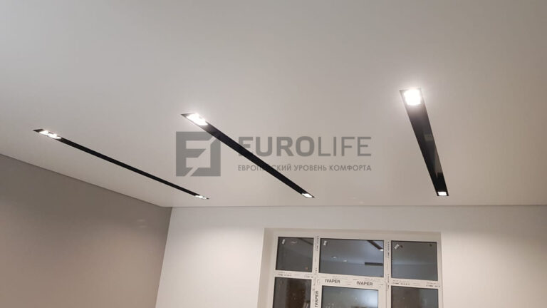 белый сатиновый теневой потолок в гостиной с нишами SLOTT на кухне