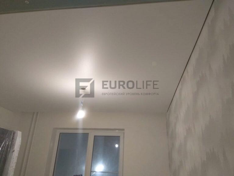 матовый белый теневой потолок в комнату