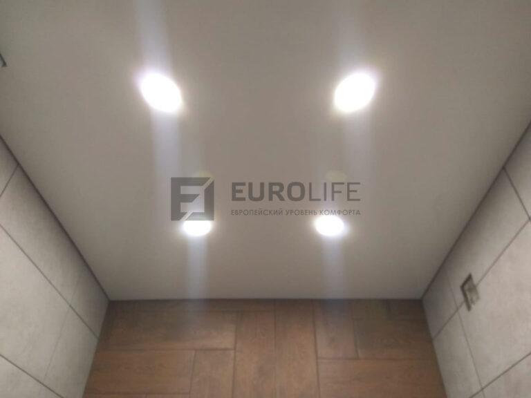 матовый белый теневой потолок в санузле