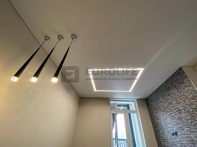 Отделка потолка пвх полотном с современным освещением