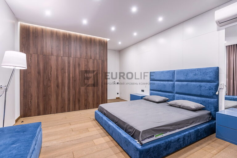 сатиновый теневой потолок с подсветкой шкафа в спальне