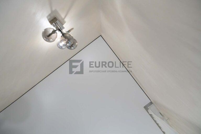 скрытый карниз в белом матовом теневом потолоке