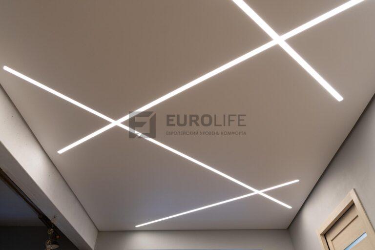 световые линии в белом матовом теневом потолке