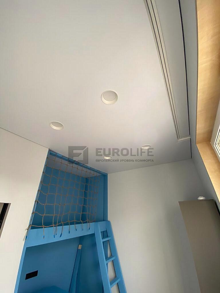 Теневой потолок еврокраб с двухрядной гардиной и встраиваемыми светильниками диаметром 175мм