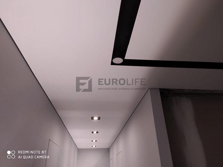 теневой потолок с квадратными светильниками и нишей slott80