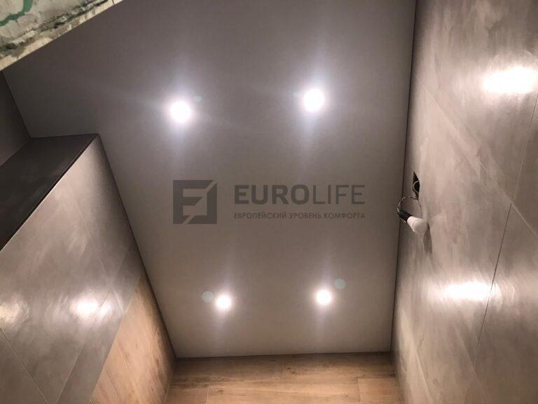 теневой потолок в санузле со светильниками