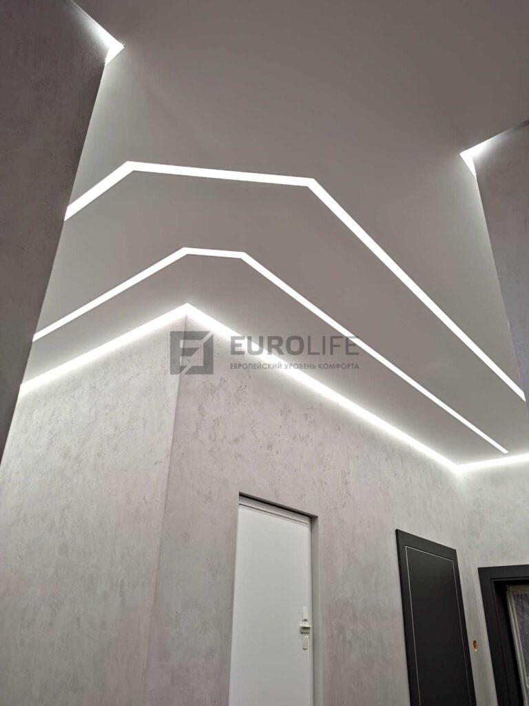 белый матовый парящий потолок со световыми линиями в коридоре