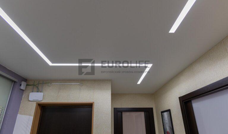 белый матовый потолок со световыми линиями SLOTT в коридоре
