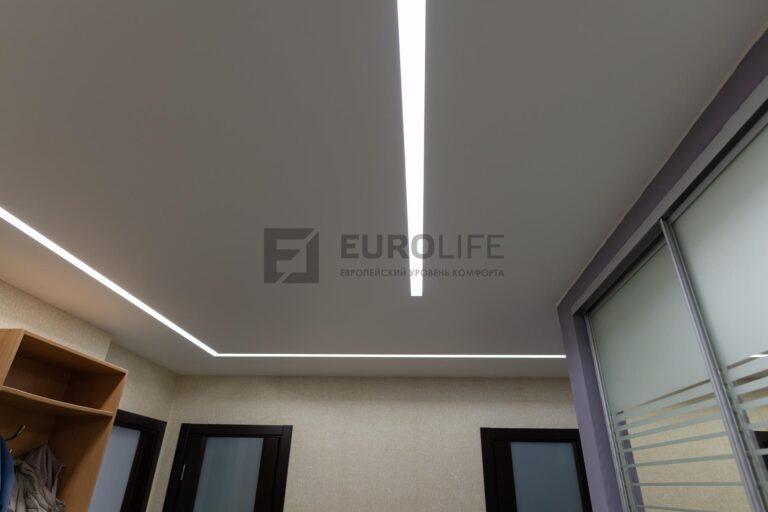 белый матовый потолок со световыми линиями SLOTT в прихожей