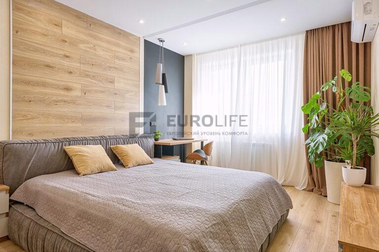 белый матовый потолок с декоративной нишей slott и скрытым карнизом в спальне