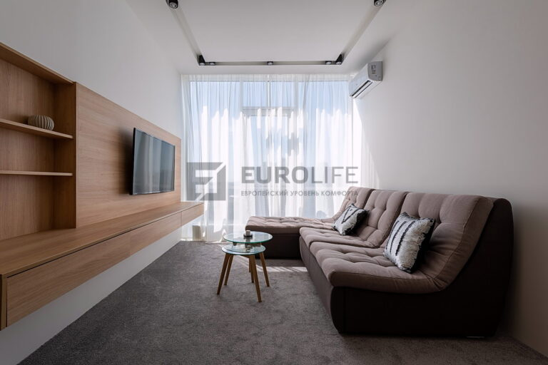 белый матовый потолок со скрытым карнизом и нишей SLOTT под светильники в гостиной