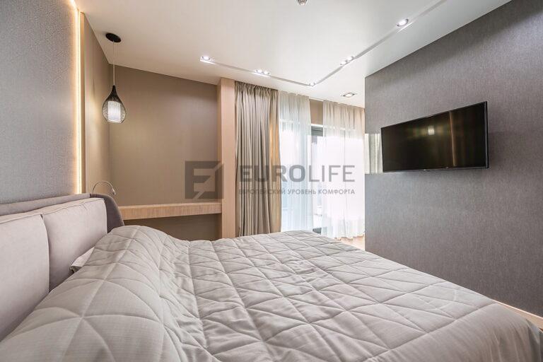 белый сатиновый потолок с нишей под светильники SLOTT в спальне и подсветкой изголовья кровати
