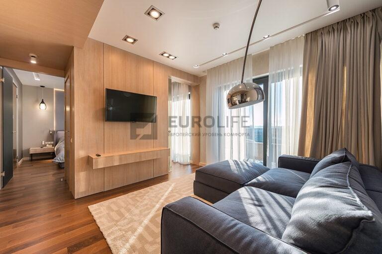 белый сатиновый потолок с нишей скрытого карниза и нишей SLOTT под светильники в гостиной