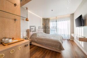 белый сатиновый потолок в спальне со скрытым карнизом, парящей подсветкой и нишей slott под светильники