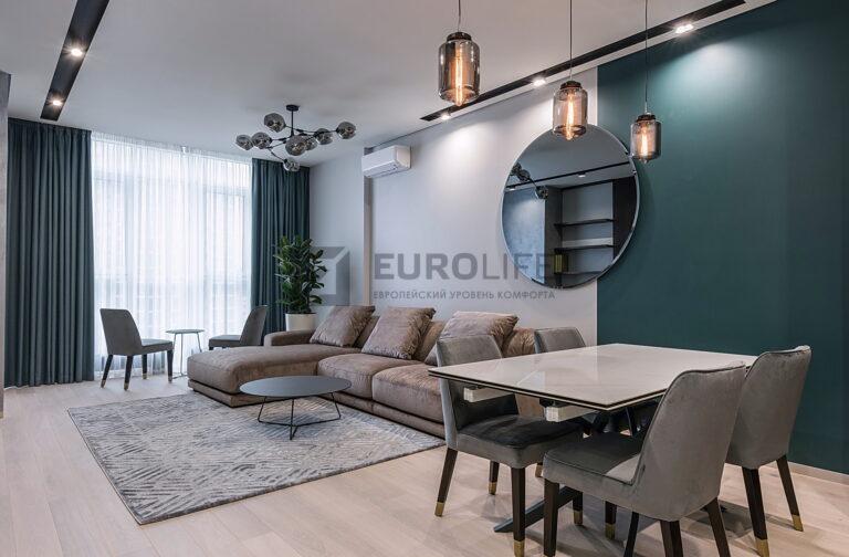 белый сатиновый теневой потолок со скрытым карнизом и нишей под светильники SLOTT в гостиной
