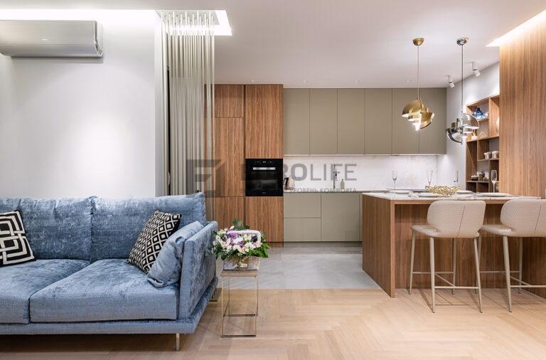 бесшовный сатиновый потолок в кухне-гостиной с нишами SLOTT с подсветкой