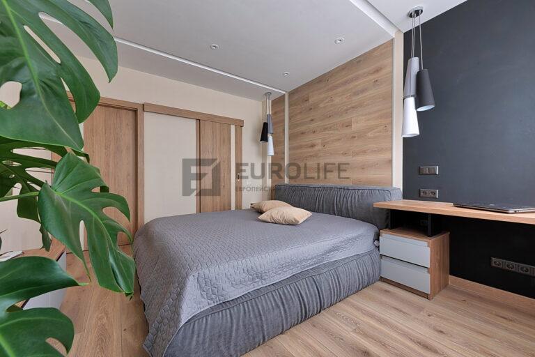 декоративные ниши SLOTT в белом матовом бесщелевой потолке в спальне