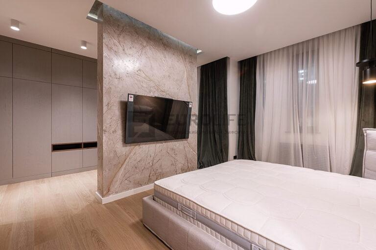 матовый бесщелевой потолок со скрытым карнизом и нишей SLOTT в спальне