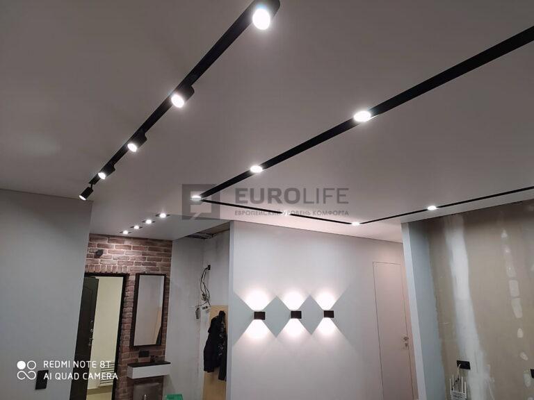 натяжной потолок с современным освещением на демпферной системе