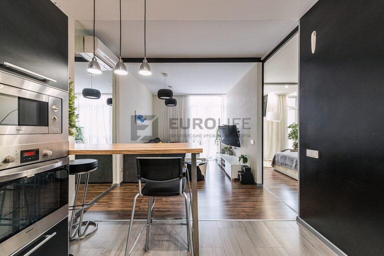 сатиновый потолок в квартире, зонирование выполнено с помощью ниши slott