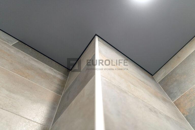 серый матовый теневой потолок смонтирован по керамограниту