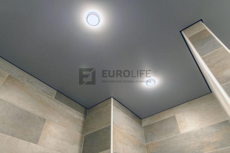 серый матовый теневой потолок со светильниками в санузле