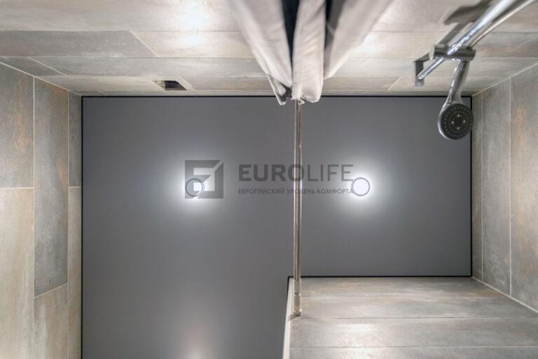 серый матовый теневой потолок со светильниками в ванной