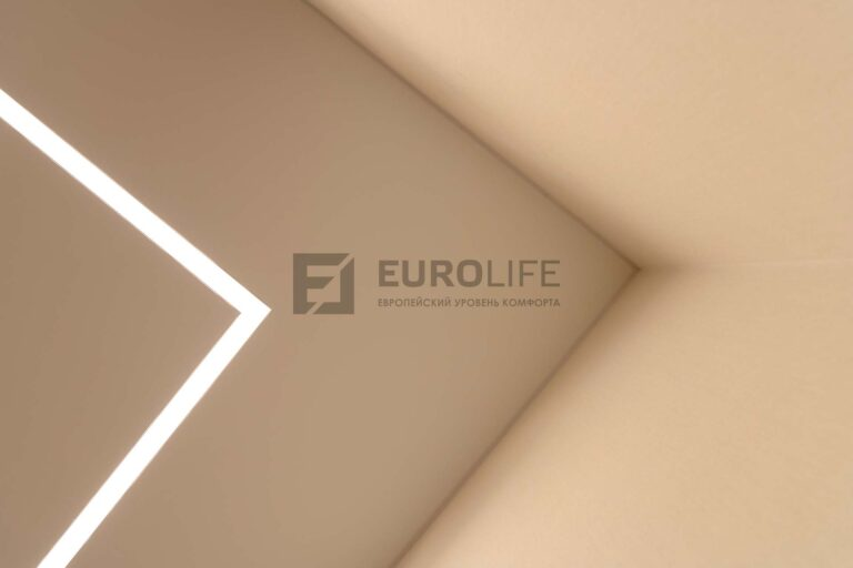 световая линия slott в белом сатиновом потолке на кухне