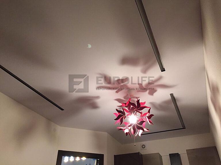 Черно-белые световые линии SLOTT в тканевом потолке