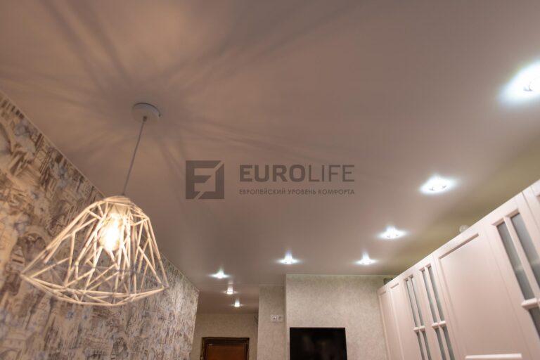 белый сатиновый потолок на кухне с люстрой